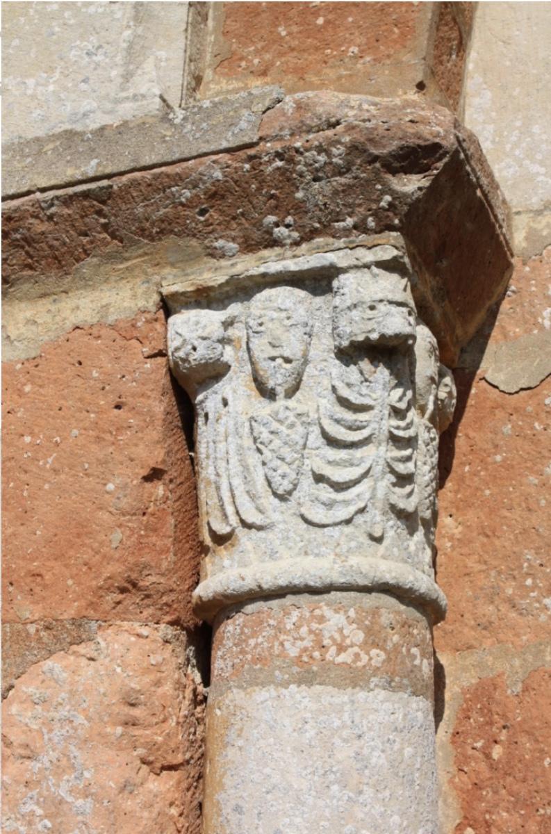 5.6 - Le chapiteau de gauche représente des têtes dont la bouche retient des fleurons